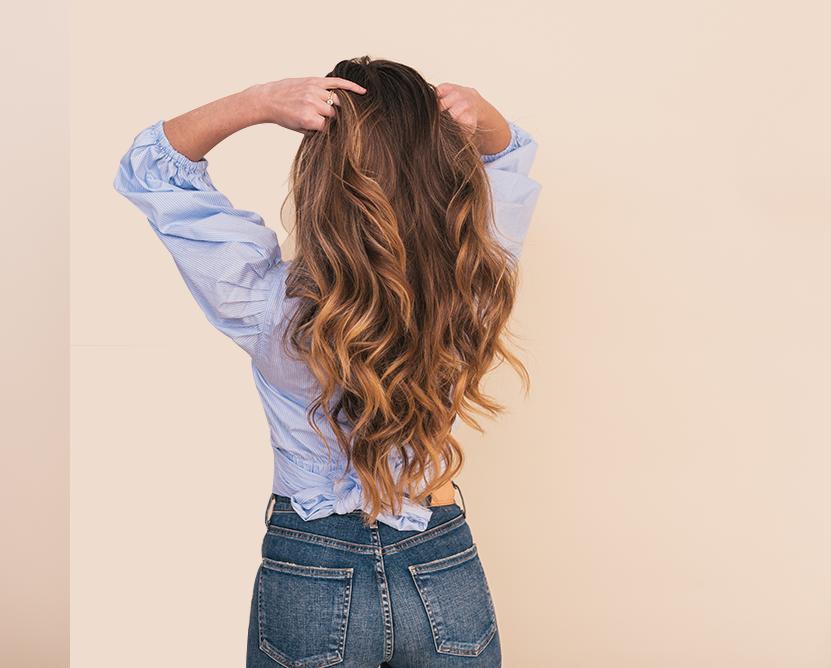 Mannequin femme se touche les cheveux