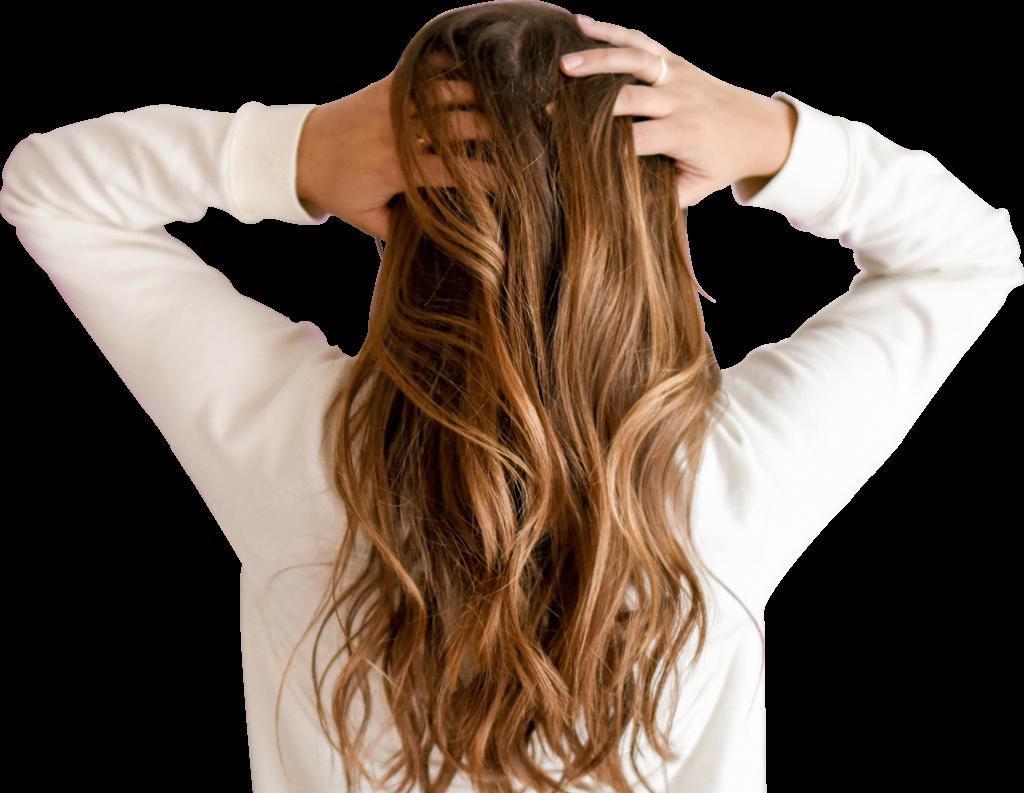Femme qui se touche les cheveux