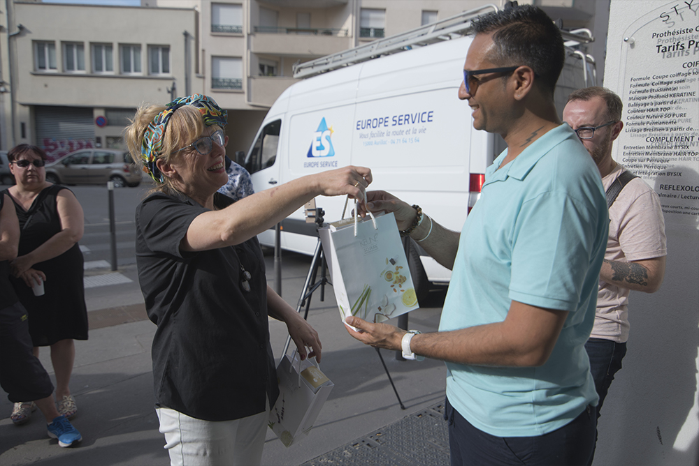 Photo des 30 ans : Rendu des cadeaux aux clients